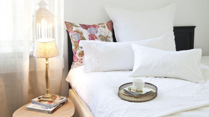 Großes Bett mit weißer Gardine