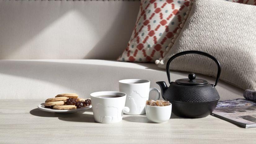 Schwarze Teekanne aus Gusseisen