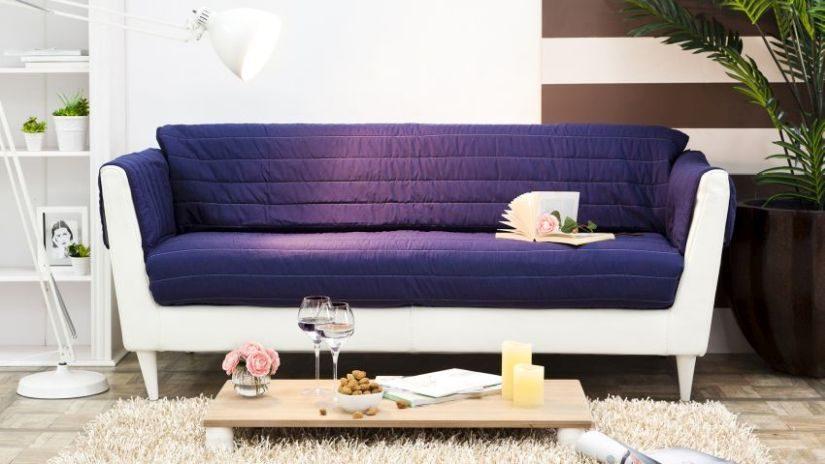 brombeerfarbenes Sofa
