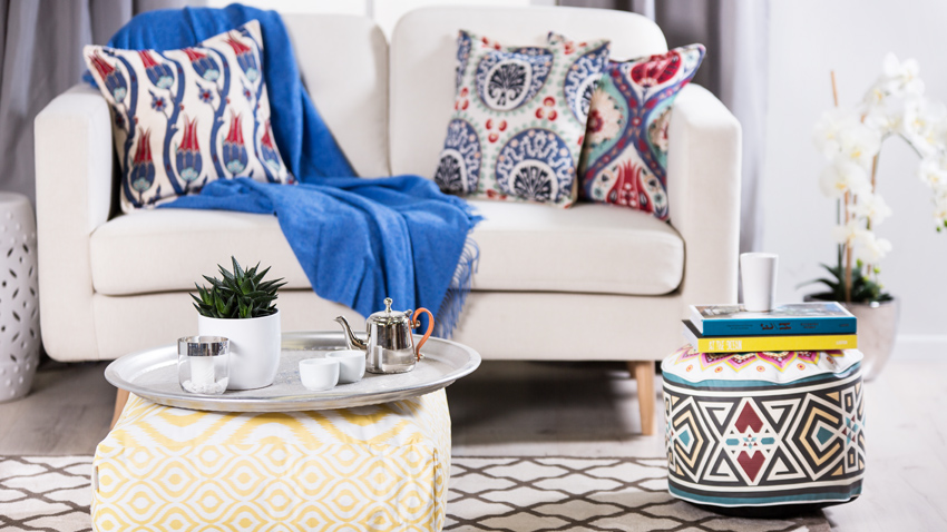Orientalische Kissen mit Sofa