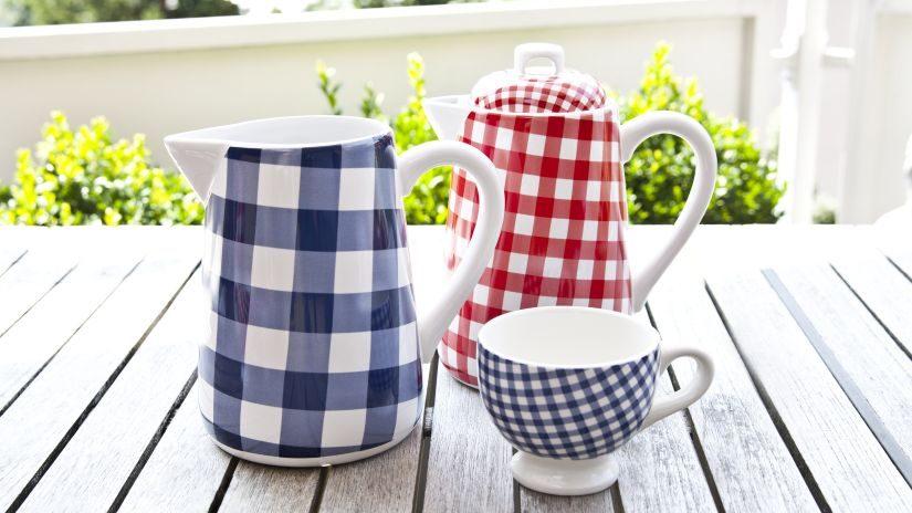 Karierte rot-weiße Teekanne