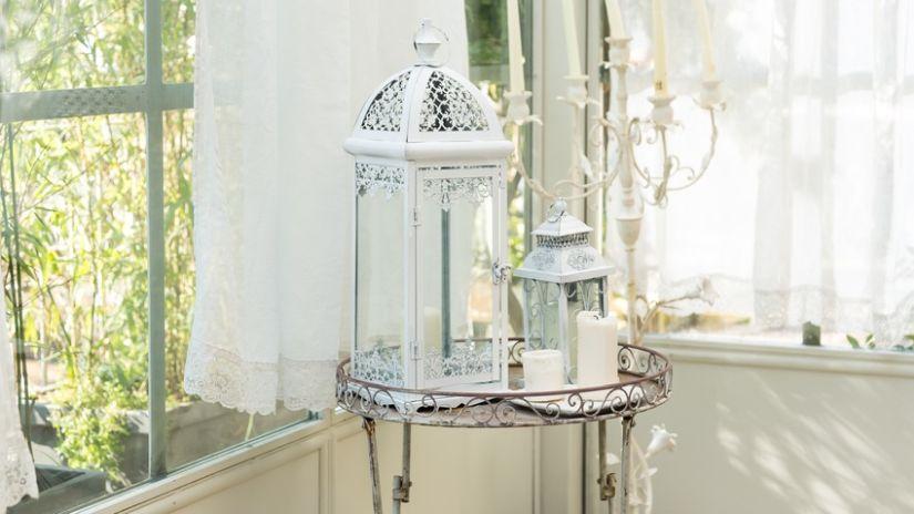 Weiße Gardine und Lampions als Dekoration
