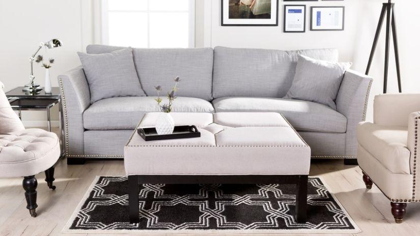 schwarzer Tischläufer mit Couch und Sessel