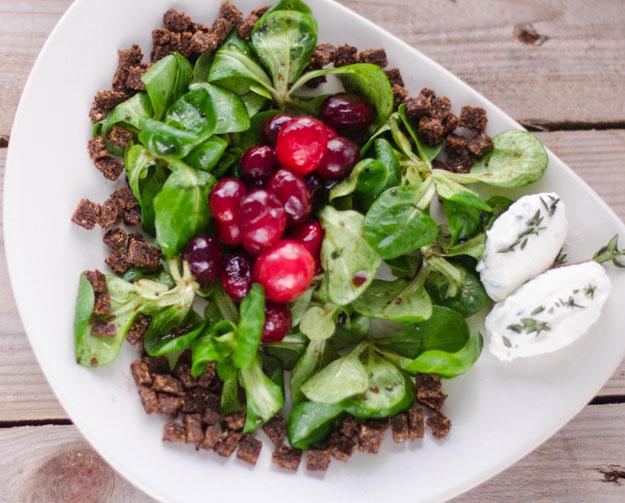 Karamellisierte Cranberries auf Feldsalat mit Ziegenkäse-Nocken