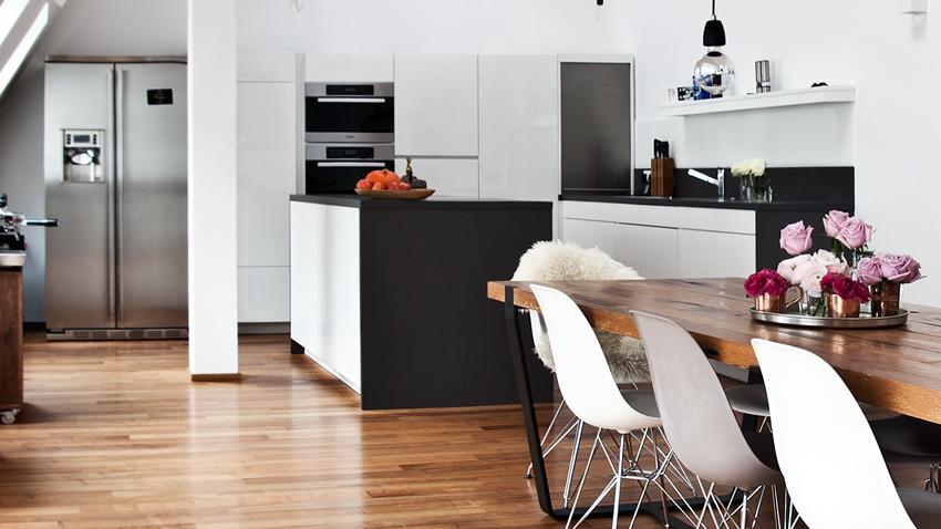 Küchentisch aus Holz in offener Atmosphäre