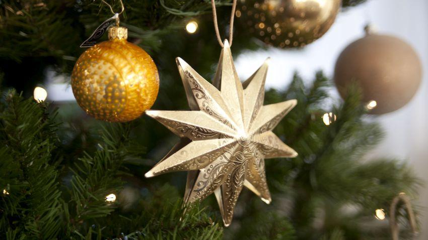 Weihnachtsbaum mit Goldschmuck und Stern
