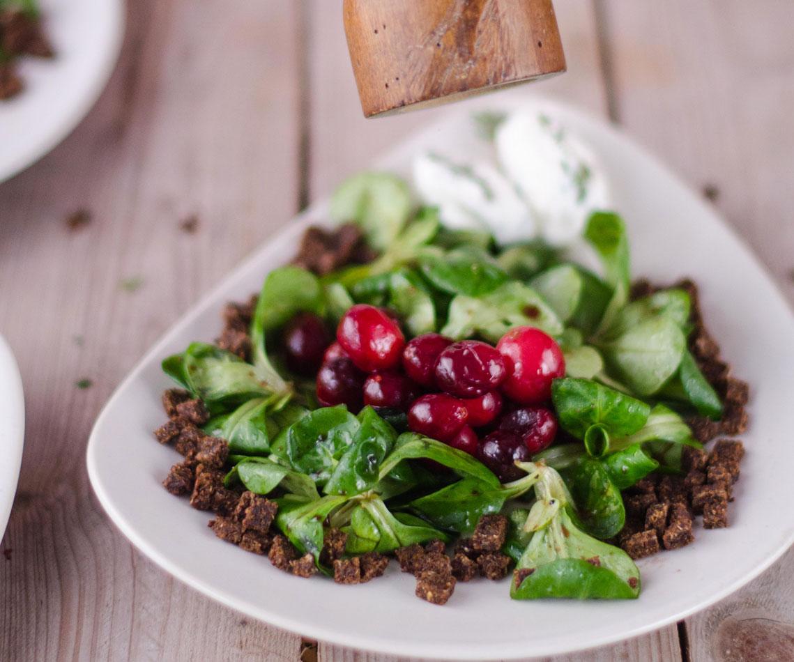 Rezept für Karamellisierte Cranberries auf Feldsalat mit Ziegenkäse-Nocken