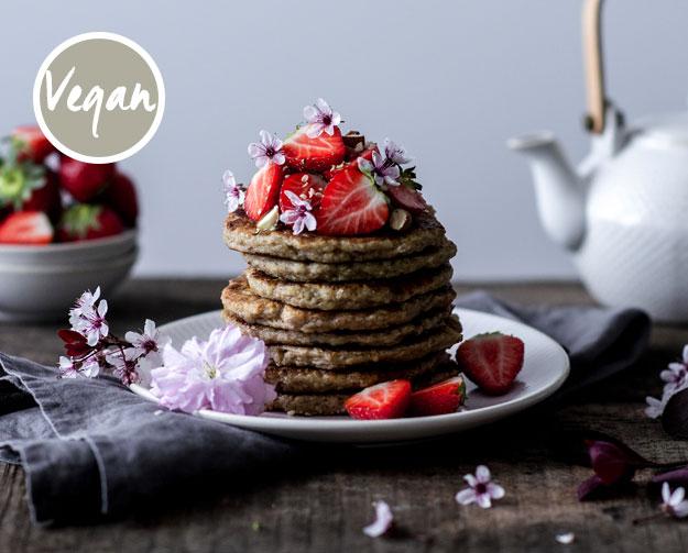 Oat Pancakes mit Bananen, Erdbeeren & Mandeln