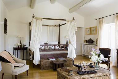 las cortinas o tejidos que se colocan en esos postes a modo de techo para cubrir la cama se llaman doseles de ah el nombre de camas con dosel