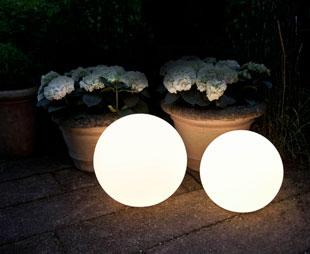 L mparas exteriores agradables luces en el jard n westwing for Lamparas de led para exteriores