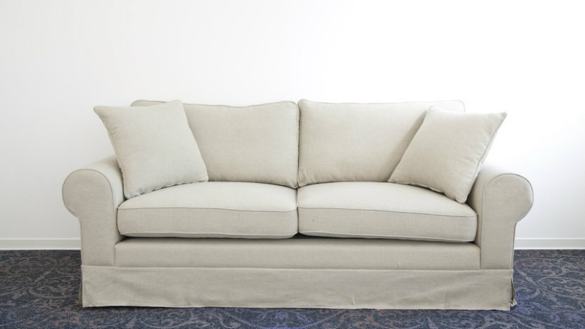 sofá clásico de color marfil