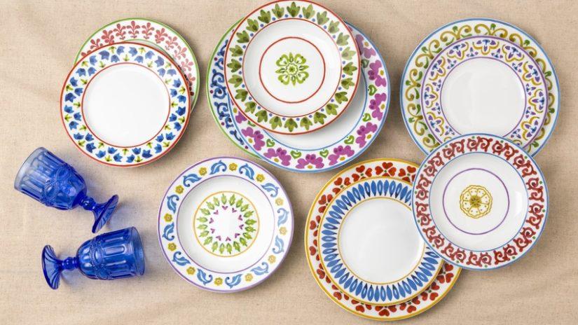 platos de porcelana de colores