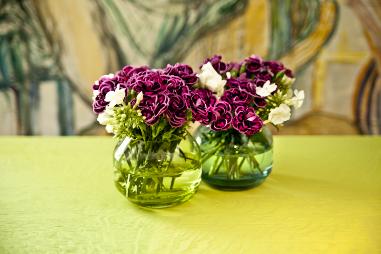 decorar los jarrones con elementos naturales