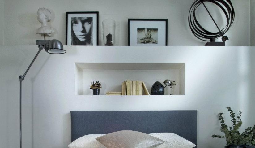 dormitorio minimalista con escultura