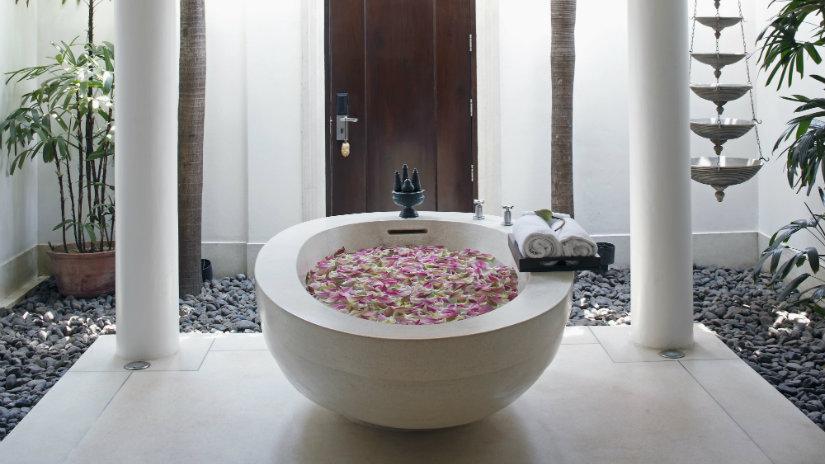 baño romántico pétalos de rosas