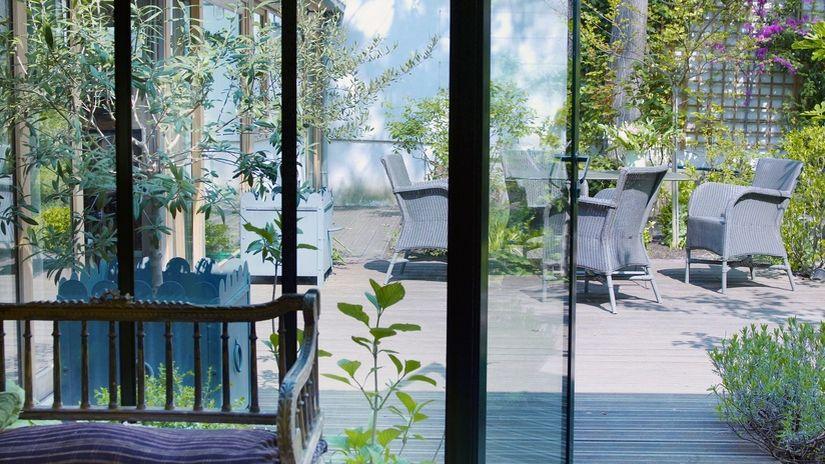patio moderno con sillas de ratán
