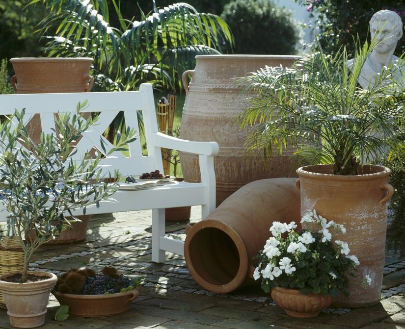 patio toledano con vasijas