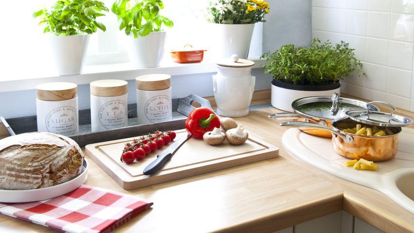 Cocinas estrechas trucos para ganar espacio westwing for Cocinas estrechas con mesa