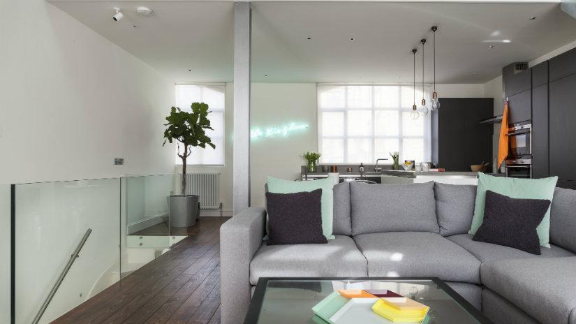 cocinas abiertas al salón con sofá