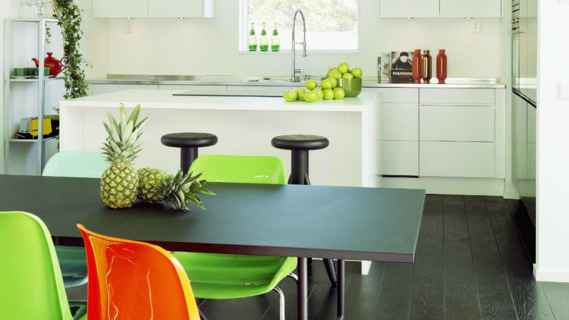 cocinas blancas modernas con colores