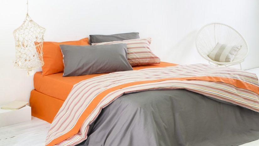 dormitorio en gris y naranja