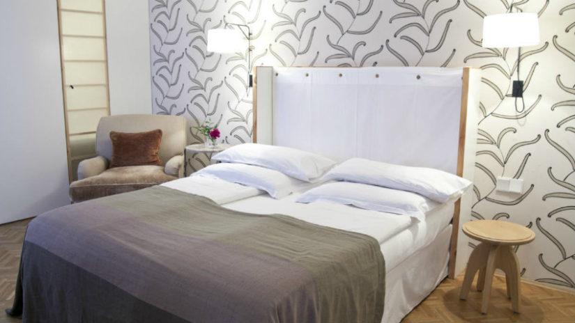 dormitorio en gris estampado