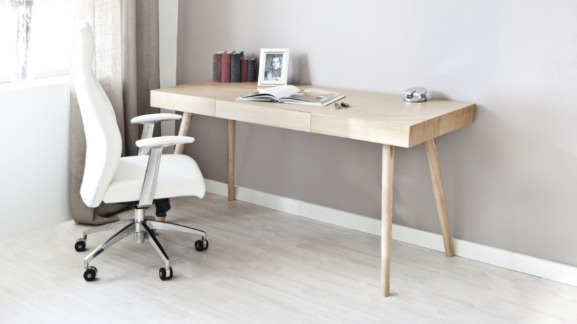 escritorio con silla giratoria
