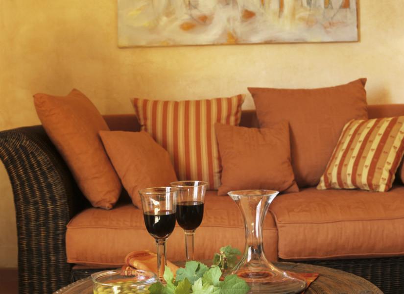 Sal n naranja un espacio acogedor y muy c lido westwing - Sofa gris como pintar las paredes ...