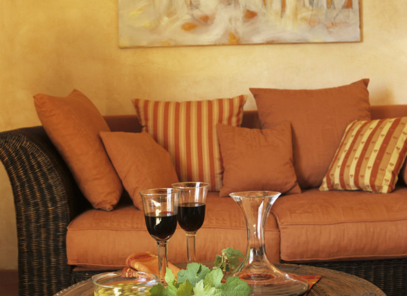salón naranja sofá y paredes