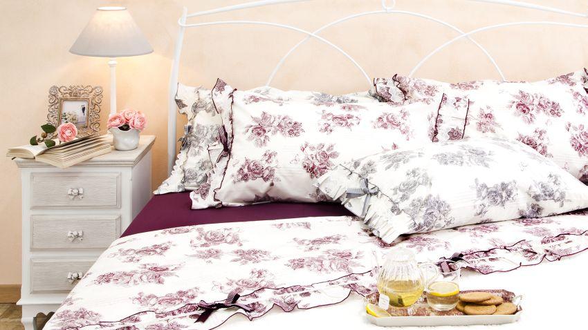 Couette à fleurs dans une chambre à coucher