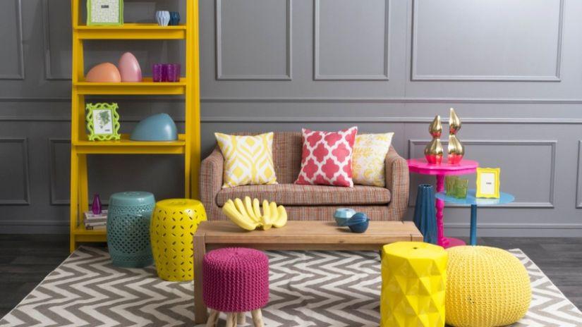 Salon à la décoration design et colorée