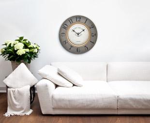 Horloge murale grise et canapé blanc