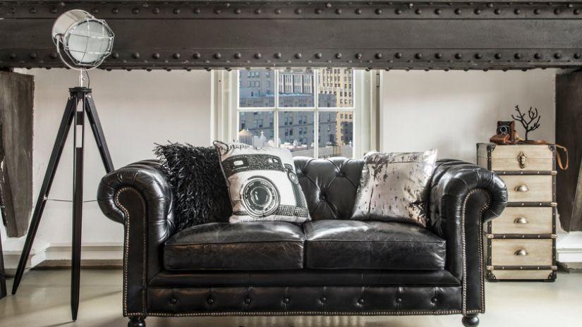 Canapé en cuir noir dans un salion indus
