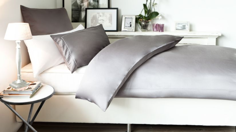 Lit et parure de lit dans une chambre à coucher