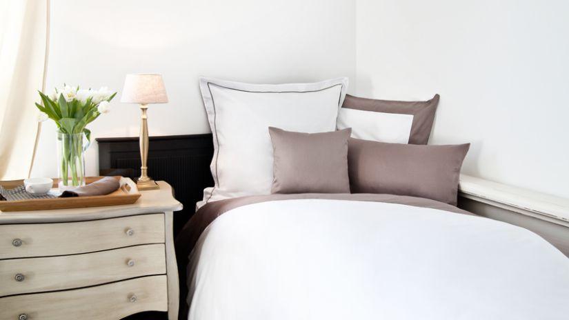 Lit chocolat et blanc dans une chambre à coucher