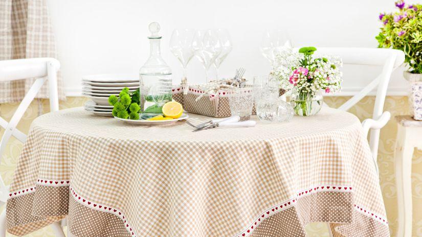 table de cuisine - nappe vichy beige et blanche