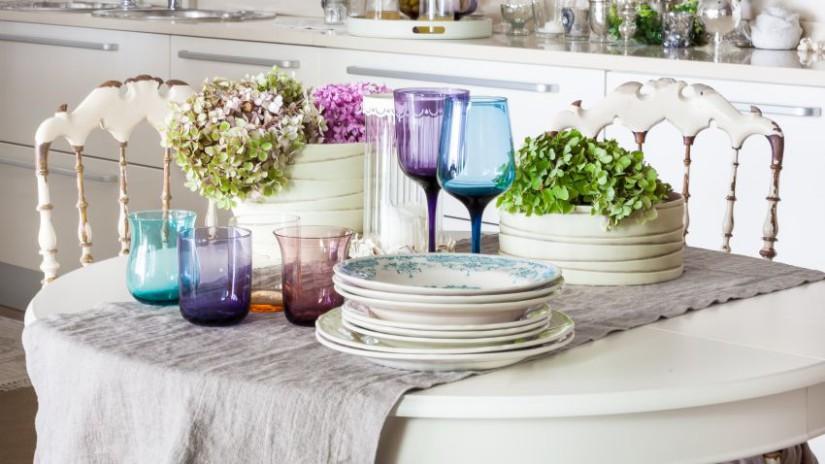 table de cuisine blanche - chemin de table beige - vaisselle