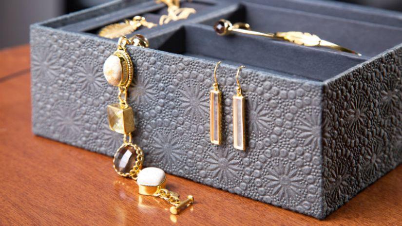 Armoire à bijoux grise à motifs
