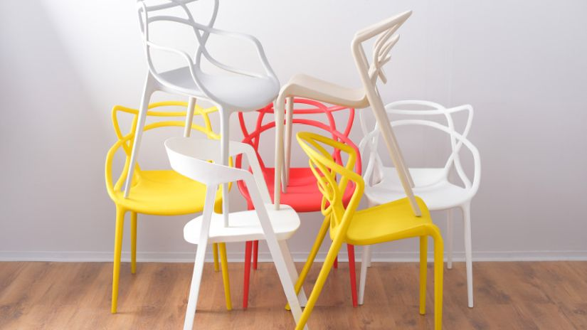 Chaises jaunes et orange