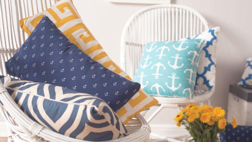 Coussins décoratifs bleus et jaunes