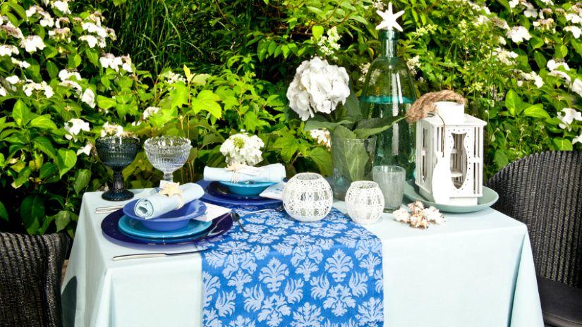 Table de jardin à la déco bleue