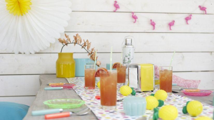 Table de jardin grise et colorée