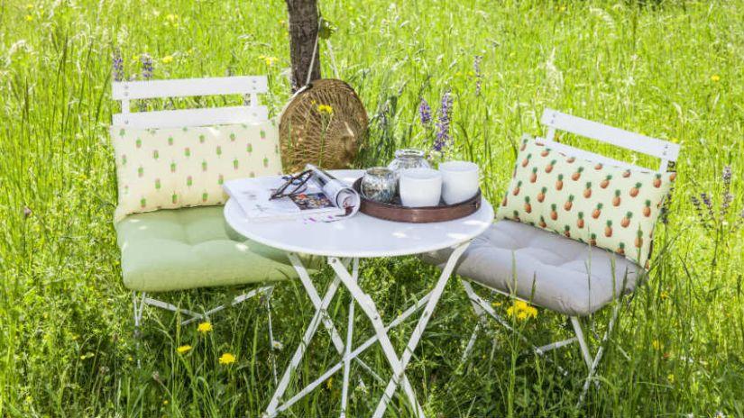 Table de jardin blanche en métal