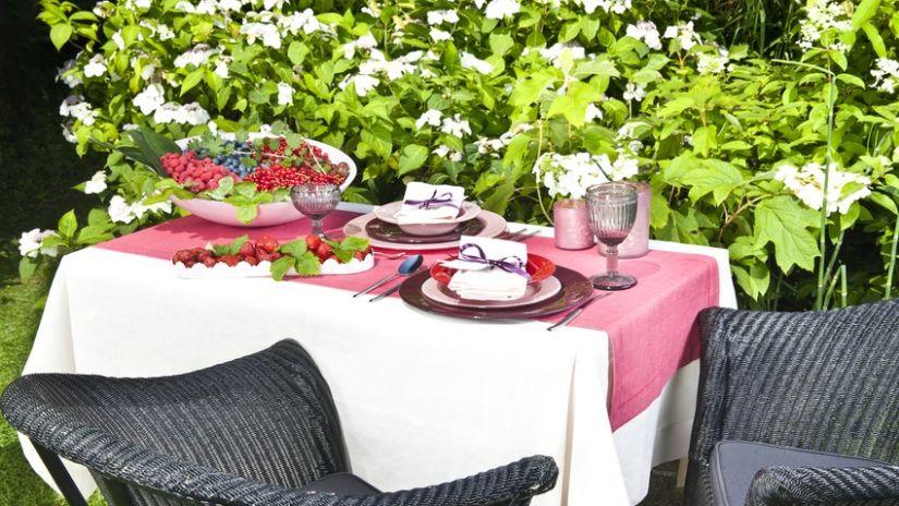 table de jardin pour passer du temps dehors westwing. Black Bedroom Furniture Sets. Home Design Ideas
