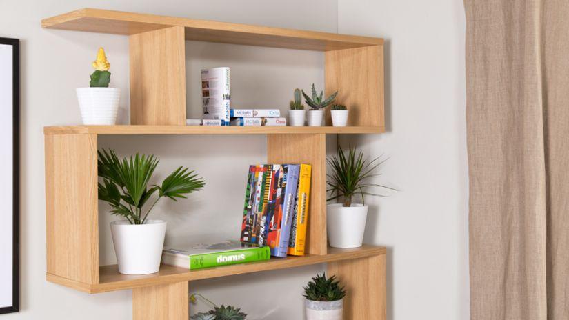 étagère murale en bois avec livres et plantes