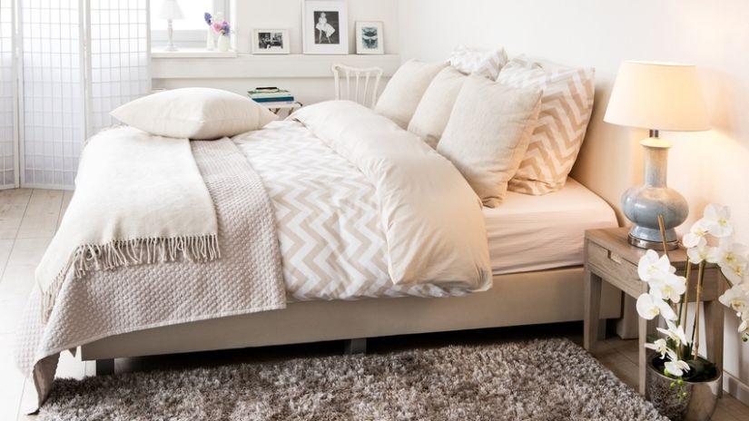 couvre lit de couleur beige - Couverture Lit