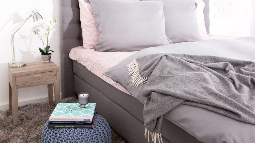 Couvre-lit blanc et gris