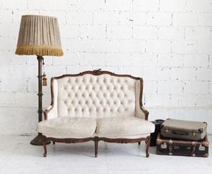 Meuble vintage, canapé classique, lampe vintage, malles