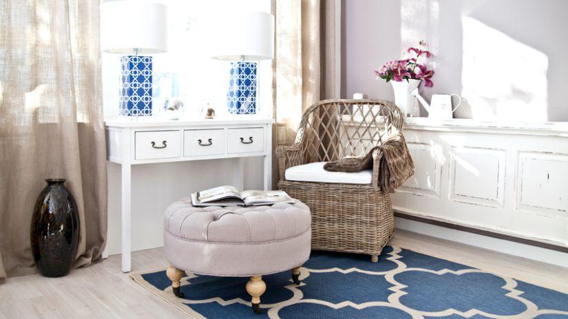 Chaise en rotin tressé et coussiin blanc