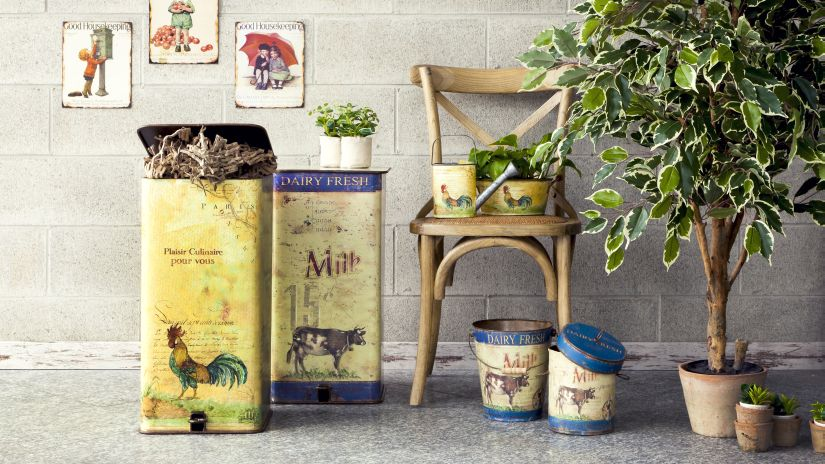 cuisine rustique, chaise en bois, affiches vintage, boites vintage